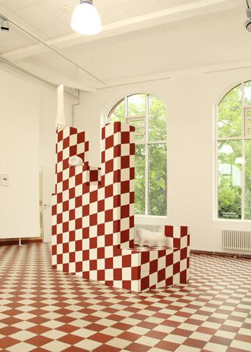 """Sockel mit vier Fäusten"" von Jihae An, Holz, Acryl, Keramik, Saugroboter"
