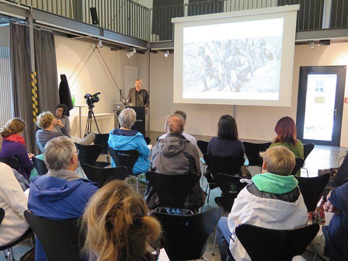 """Dr. Arne Zerbst hält seinen Vortrag """"Die Kunst und das Meer"""""""