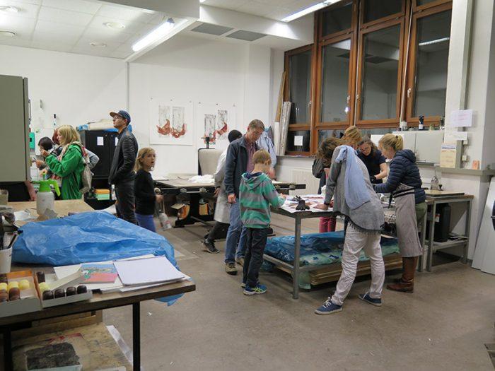 Besucher des Mitmach-Workshops in der Grafikwerkstatt