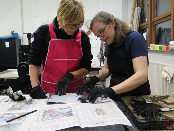 Katharina Jesdinsky (rechts) mit Besucherin des Grafik-Workshops
