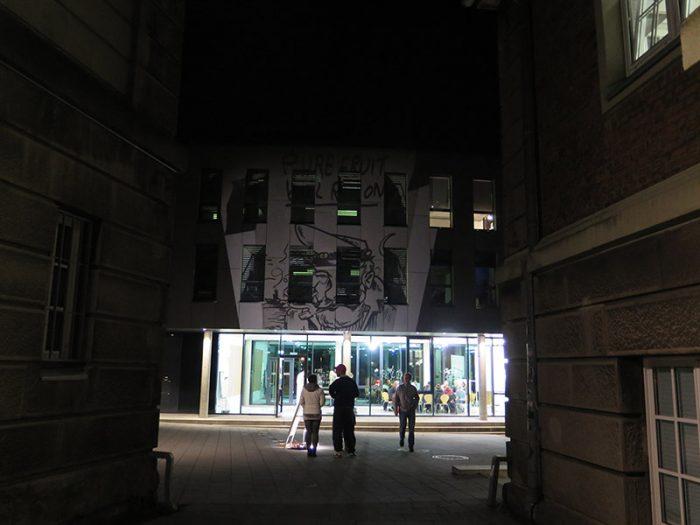 Pure Fruit-Team projizier Bild auf das Verwaltungsgebäude