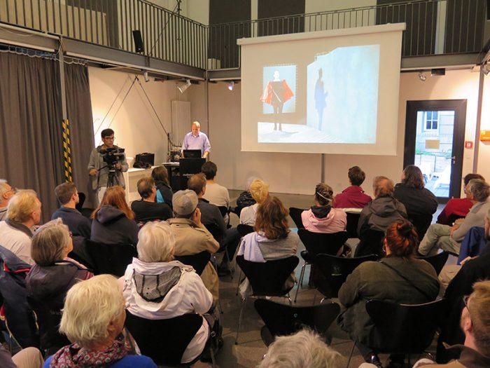 Dr. Eckhard Pabst hält seinen Vortrag  über Wissenschaftler im Film