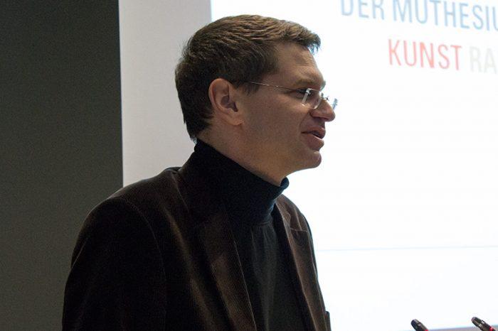 Dr. Arne Zerbst begrüßt die neuen Studierenden