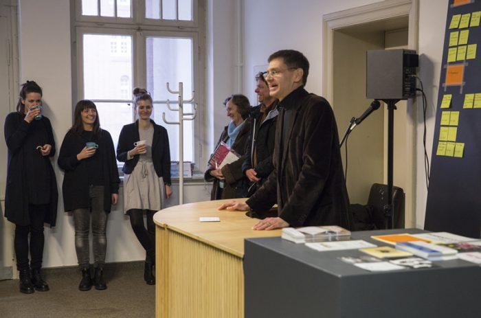 Rede Arne zerbst Begrüßung der Atelier-Stipendiaten im Anscharpark (Foto: Esteban Pérez Concha)