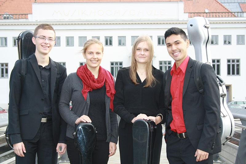 Gitarrenklasse Elise Neumann mit Martin Schley, Miriam Knebusch, Elisabeth Hinz, Alexander Vergara-Giménez (v.l.n.r.)