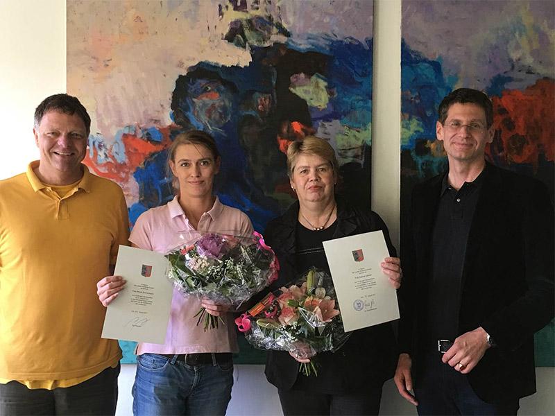 Das Präsidium (li. Kanzler Dirk Mirow, re. Präsident Dr. Arne Zerbst) beglückwünscht die Jubilarinnen Frau Nicole Zimmermann (Teamleitung Abteilung Haushalt und Finanzen) zum 25-jährigen und Frau Sabine Gärtner (Poststelle) zum 40-jährigen Dienstjubiläum.